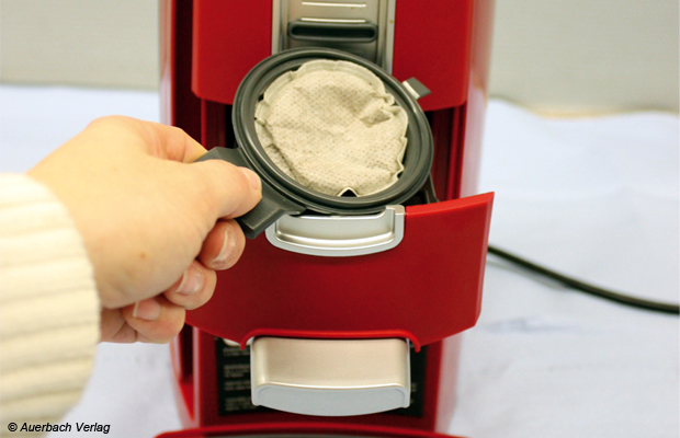 Bei den Geräten von Inventum muss der Nutzer zunächst nach dem Griff für die Öffnung der Padkassette suchen