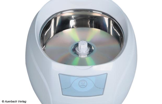 Um den speziellen CD-Halter verwenden zu können, muss man zuvor den Standardeinsatz entfernen.