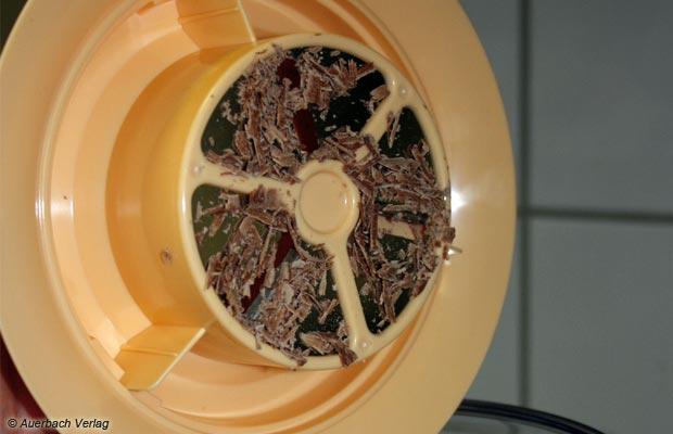 Perfekt für verfeinernde Zutaten und Eisgenuss mit Biss: Die Maschine von Severin bringt einen Raspelaufsatz für Schokolade und Nüsse mit