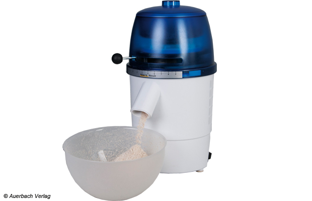 Zügig rieselt das durch den Druck im Mahlwerk leicht erwärmte Mehl aus dem Auslass in die mitgelieferte Auffangschüssel