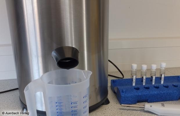 Mithilfe der Hochleistungs-Wäscheschleuder CENTRI 776 SEK von Robert Thomas wird nicht nur die Schleuderwirkung gegengemessen, sondern auch ein Teil der Spülwasserproben genommen