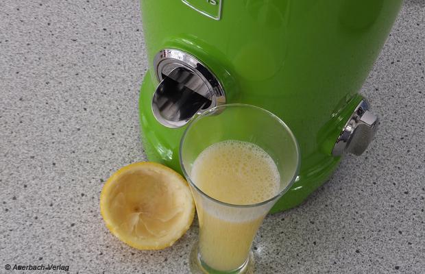Die Saftausbeute bei Zitronen liegt auf hohem Niveau und entspricht den Ergebnissen der besten elektrischen Zitruspressen