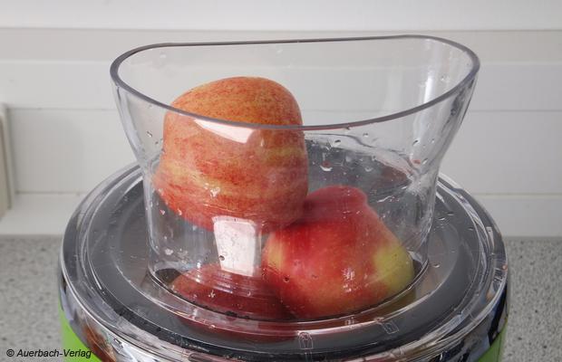 Die Halbierung von Äpfeln ist erforderlich, der Einfüllschacht ist nicht rund, sondern länglich, was eine hohe Nachfüllgeschwindigkeit ermöglicht