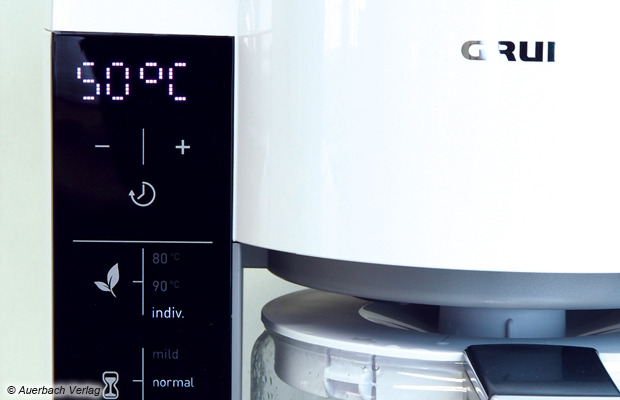 Das Touch-Bedienfeld präsentiert sich aufgeräumt. Neben der Kannengröße, der Ziehtemperatur und – zeit lässt sich auch ein Modus zur Teezubereitung mit Zeitverzögerung wählen