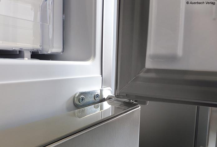 Nicht formschön, aber funktional und robust: Die Scharnierlösung erlaubt einen Tür-Öffnungswinkel von über 100 Grad