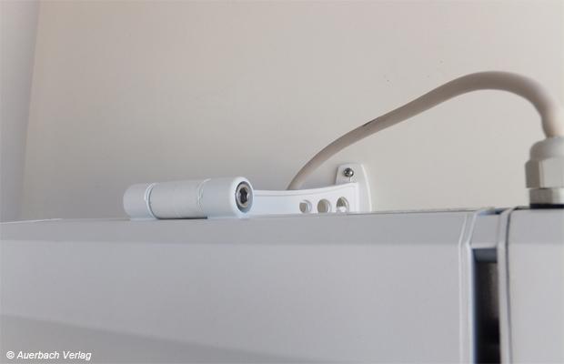 Simpel und solide: Die Halterung des TX 750 ist stabil und einfach gestaltet und auch die einzige, die eine Abwinkelung von 90 Grad erlaubt