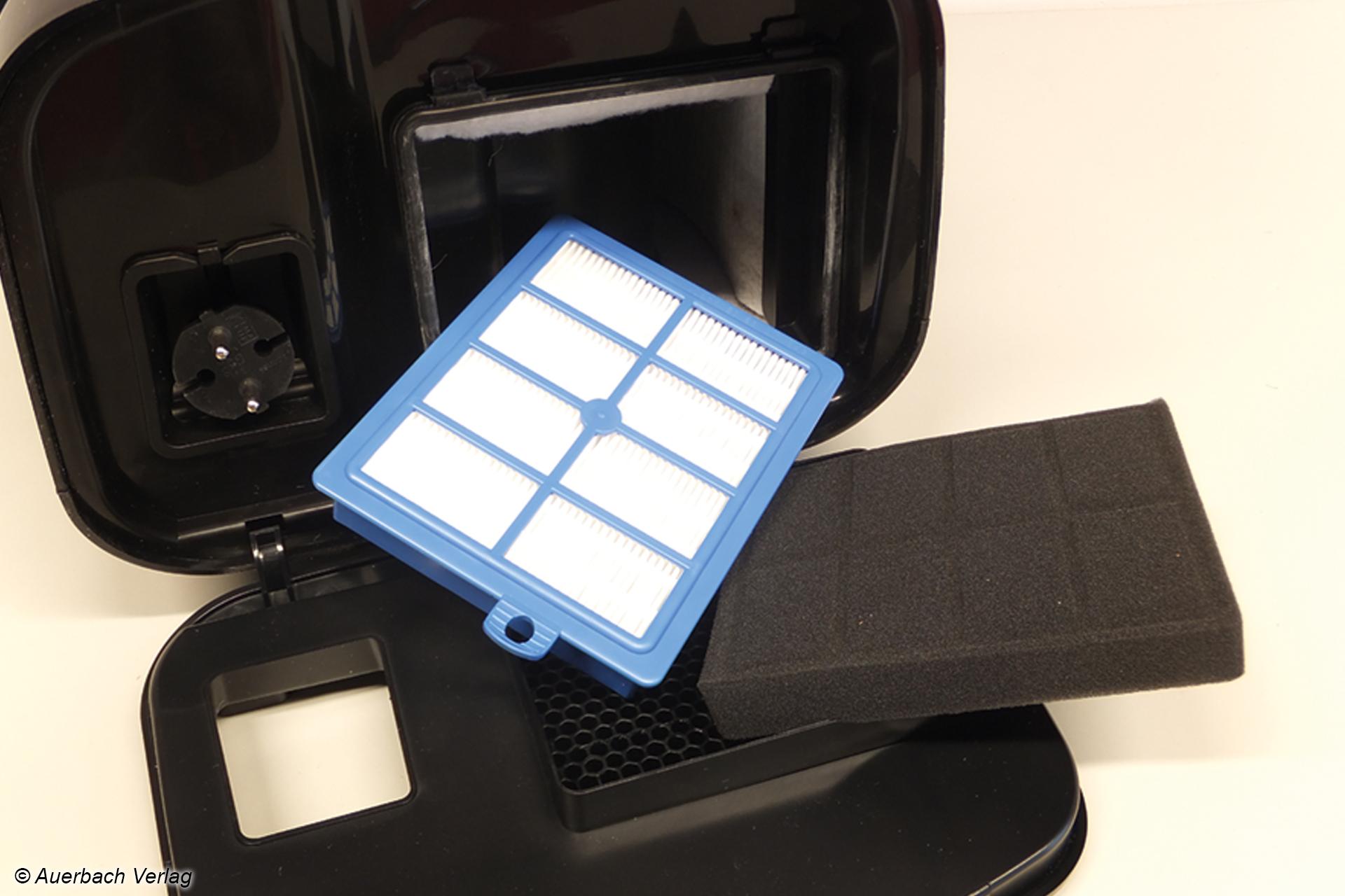 Schaumstoff-Heckfilter und HEPA-Filterkartusche verstecken sich unter einer Klappe am Heck, sind auf Knopfdruck zu erreichen, sogar einhändig herauszunehmen und wieder hineinzusetzen