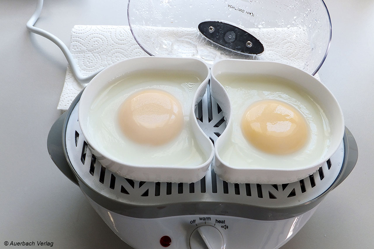 Im Eierkocher von Rosenstein & Söhne kann man auch Eier pochieren... oder eben auch Fisch, Gemüse usw. Das Konstruktionsprinzip erlaubt all dies ohne Probleme