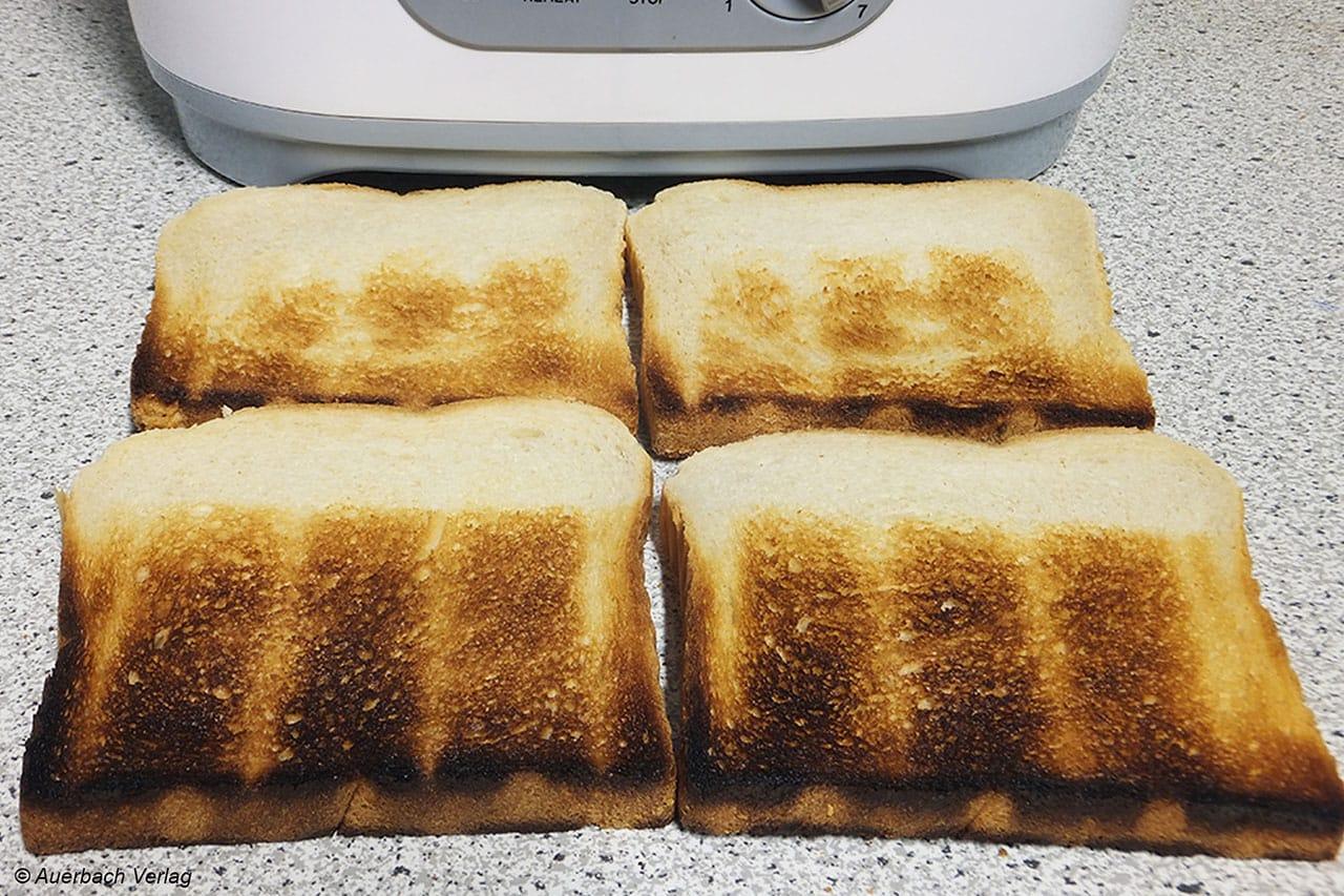 Der zu flache Toastschacht des TOA-9240 lässt die Brotunterkanten verbrennen, während die Oberkante noch quasi blütenweiß bleibt