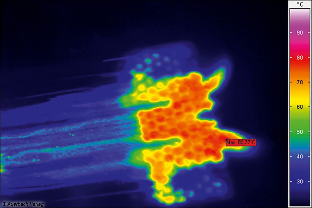 Das Thermobild offenbart beim Black+Decker klare Schwächen an den Düsenrändern, nur in der Mitte wird der Boden richtig und stark bedampft