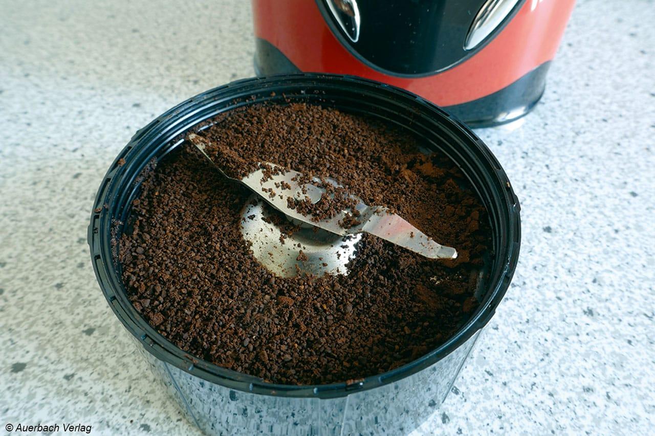 Angenehm homogen mahlt übrigens der Mahlbecher (200ml) die Kaffeebohnen, hier muss sich der Fruizooka keinesfalls hinter den weitverbreiteten Schlagwerkkaffeemühlen verstecken