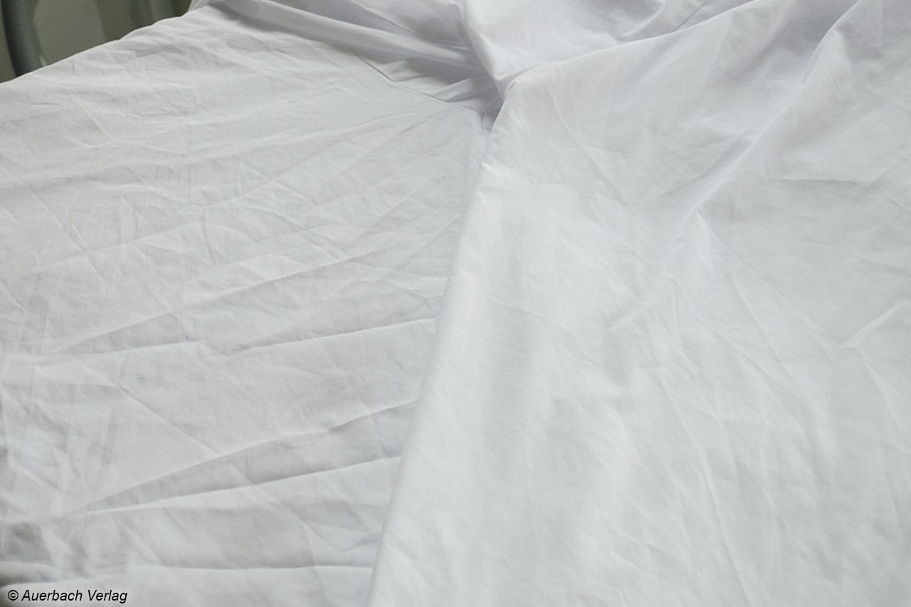 Sogar bereits stark zerknitterte Textilien (links) profitieren ungemein von der Steam Action-Funktion