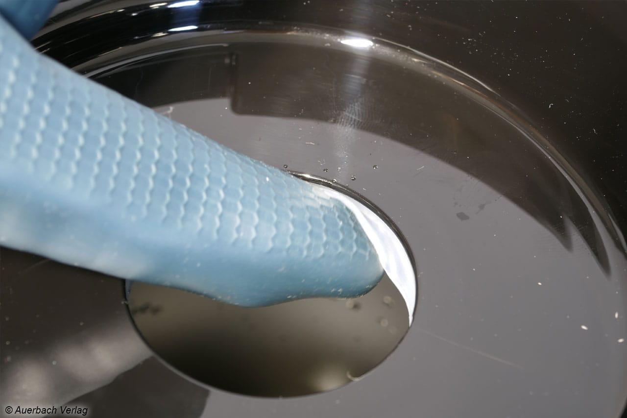 Innenliegende Dichtungen bilden typische Schmutzstellen, hier ist Fingerarbeit für eine gründliche Reinigung notwendig