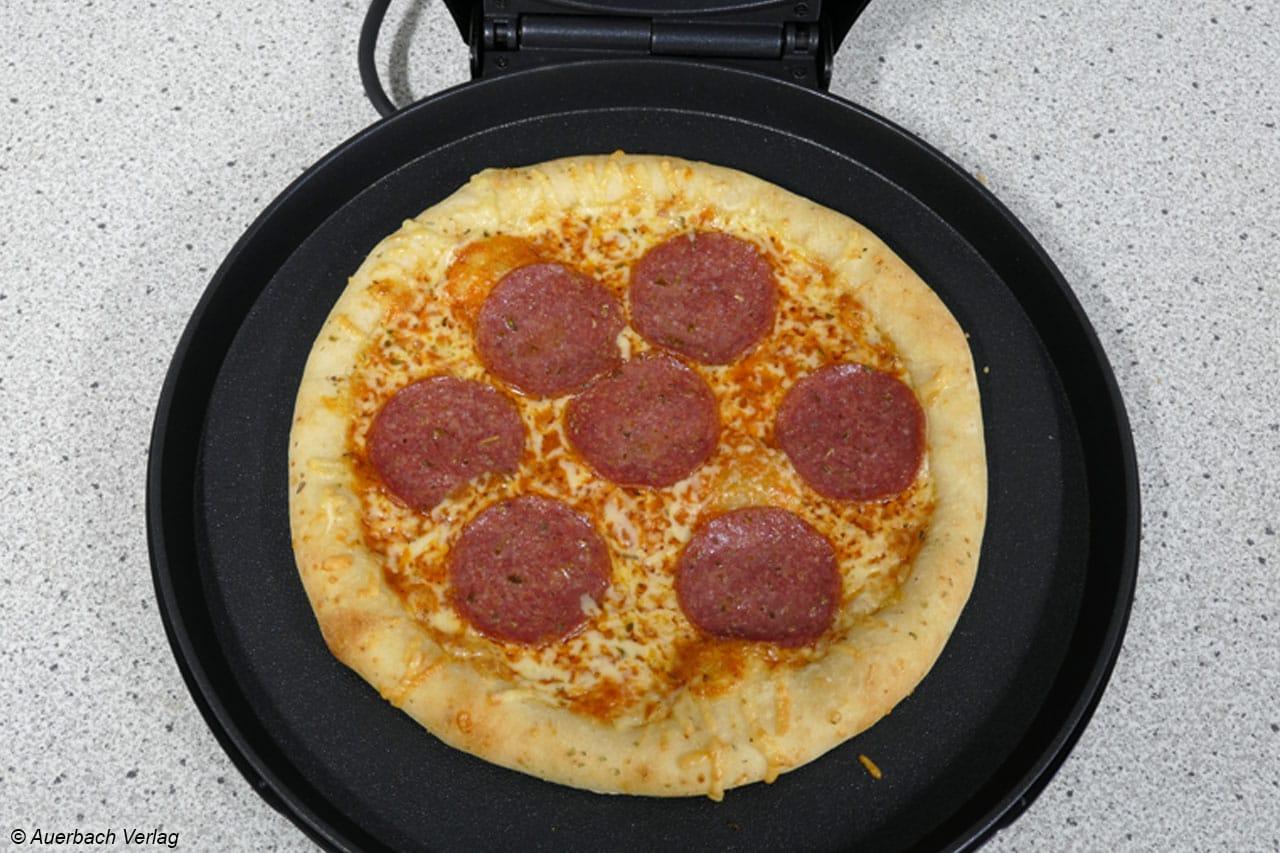 Eine handelsübliche Tiefkühl-Frischteigpizza wirkt in dem Pizzamaker PZ-2881 von Tristar direkt etwas verloren im großen Backraum