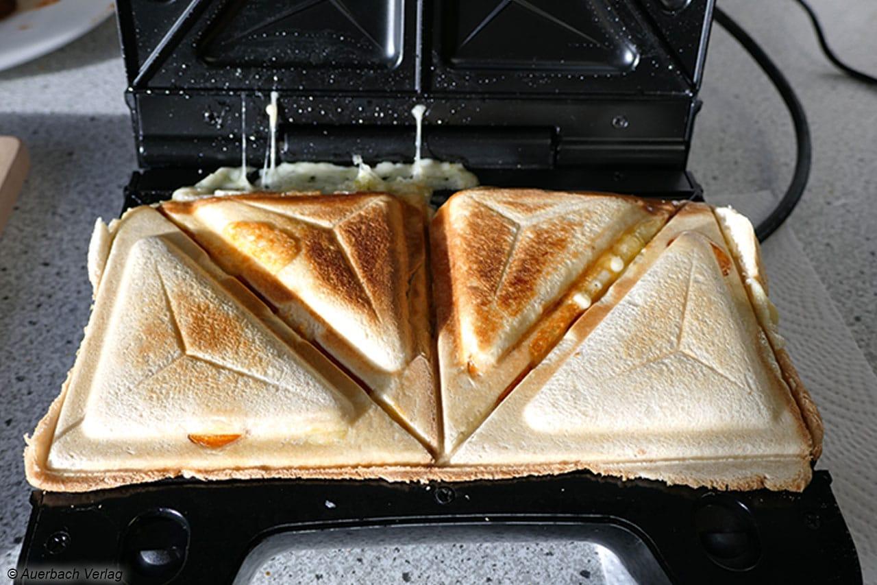 Für große Toastscheiben ist der Multi-Sandwich-Toaster SA 2968 von Severin nicht gedacht, sie ragen leider etwas über den Rand hinaus
