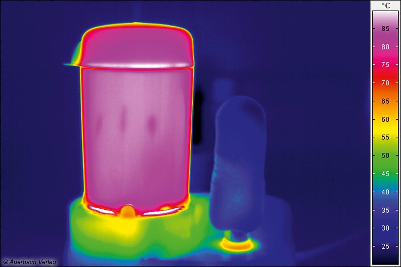 Knapp 100°C herrschen in der Dampfkammer, deutlich kühler geht es am Brötchenwärmer zu
