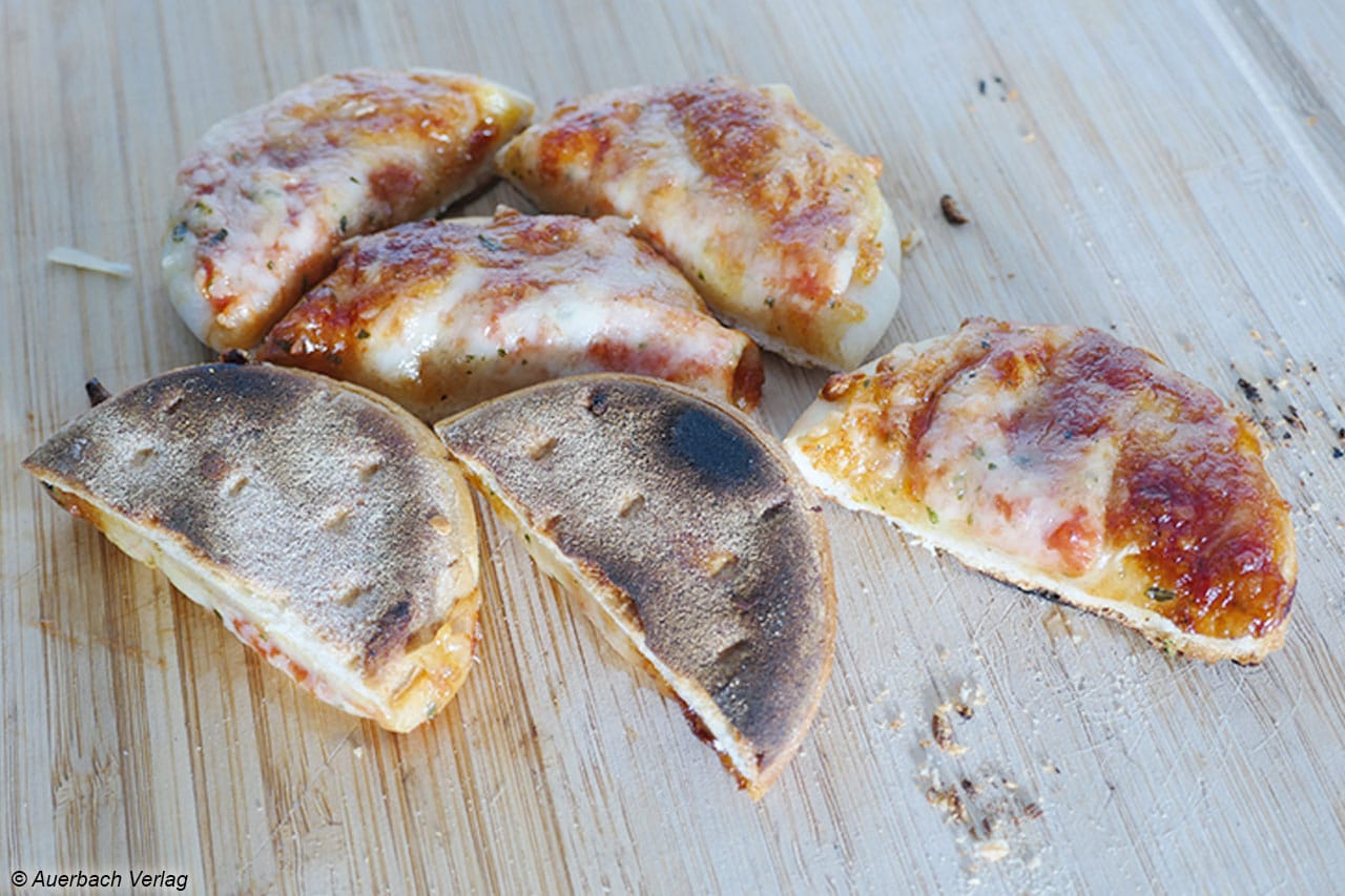 Der Pizzaboden wird knusprig und gart schnell durch