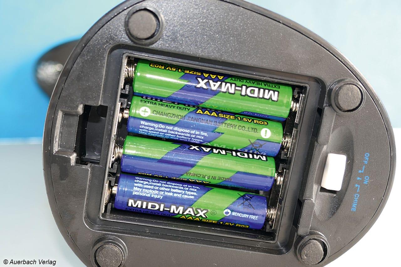 Das Fach für die Battierien des Carlo Milano ist im Sockel versteckt, das Modell arbeitet mit vier handelsüblichen AAA-Batterien