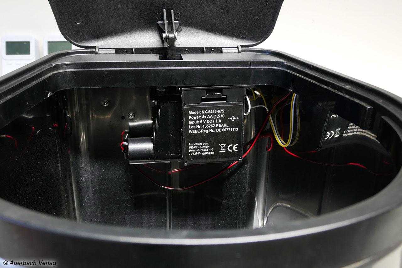 Das Batteriefach des inFactory liegt etwas versteckt im Inneren des Geräts