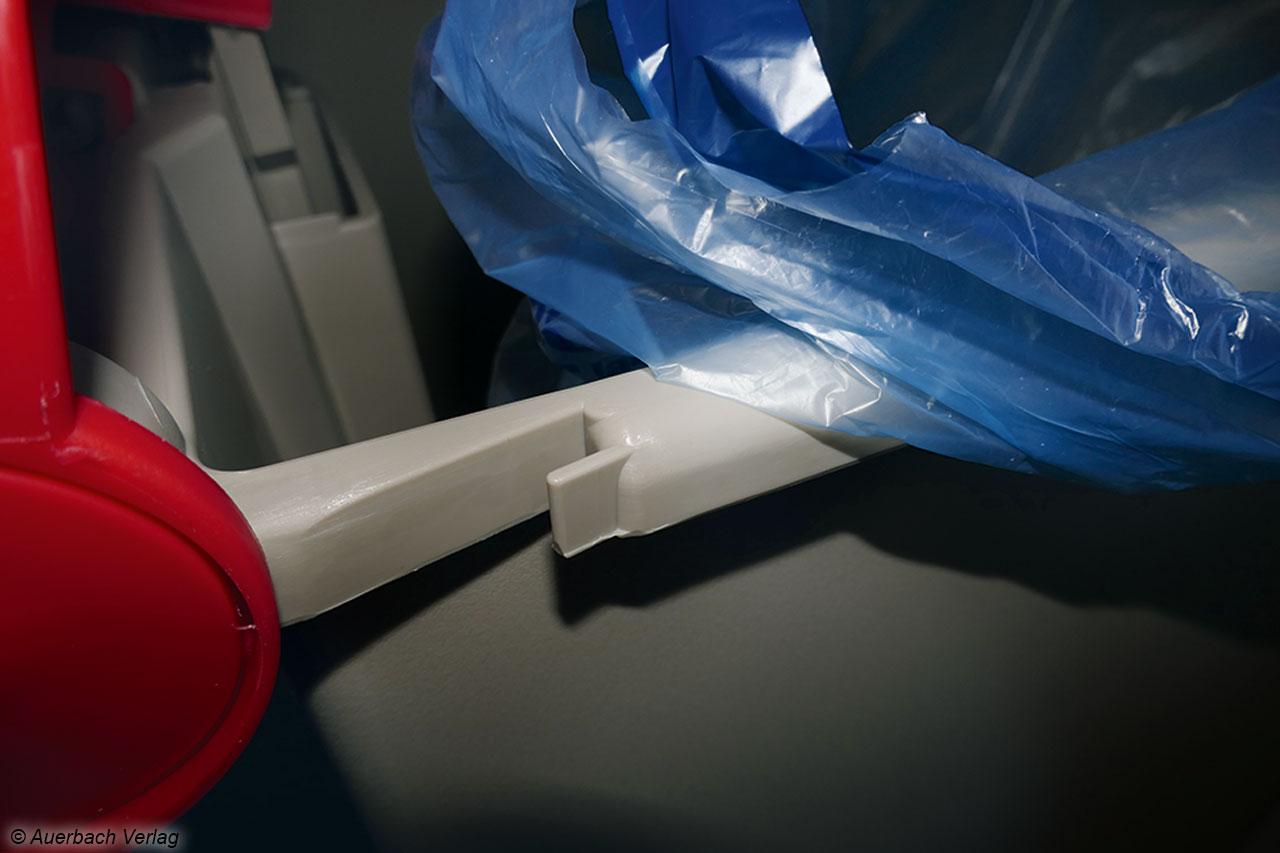 Zur Befestigung des Müllbeutels verfügt der Bucket über je eine ausgelassene Aufhängung an jeder Seite. Die Haken sind scharf, so dass der Beutel schnell reißen kann