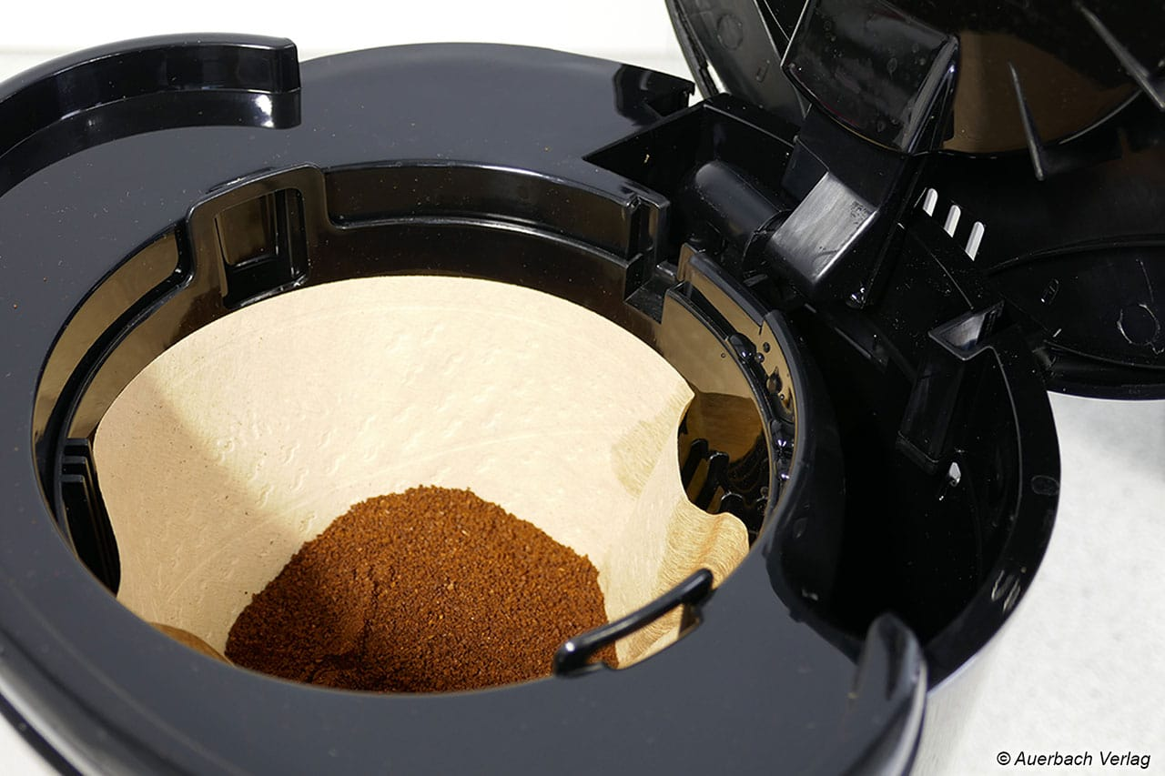 Die Design Coffee Aroma Pro wurde mit einer kleinen und nur einseitigen Befüllöffnung ausgestattet. Im Test landeten deswegen schon vor dem Aufbrühen ein paar Wassertropfen im Filter