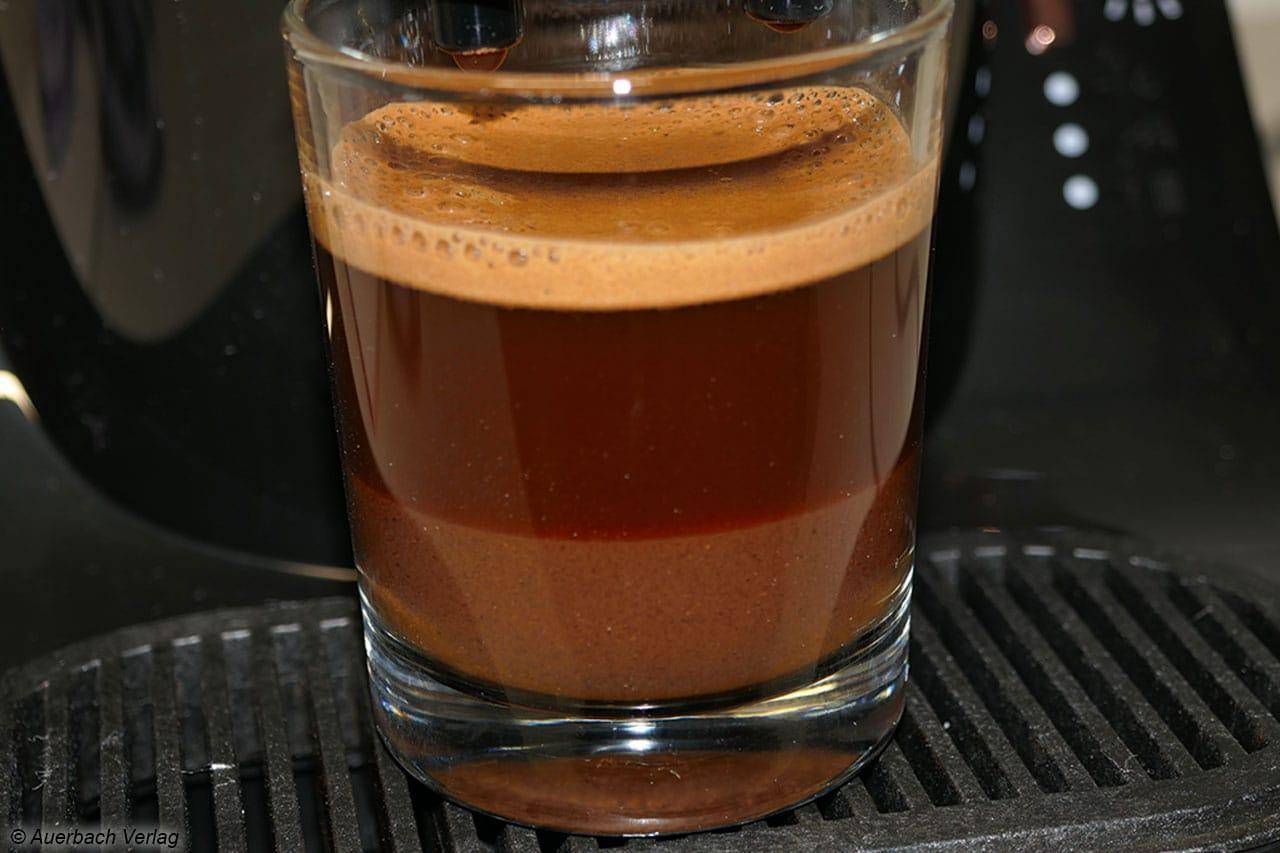 Im Lungo-Glas sieht man die typische Mokka-Aufteilung von Schaum, Kaffee sowie feinster Kaffeesatz