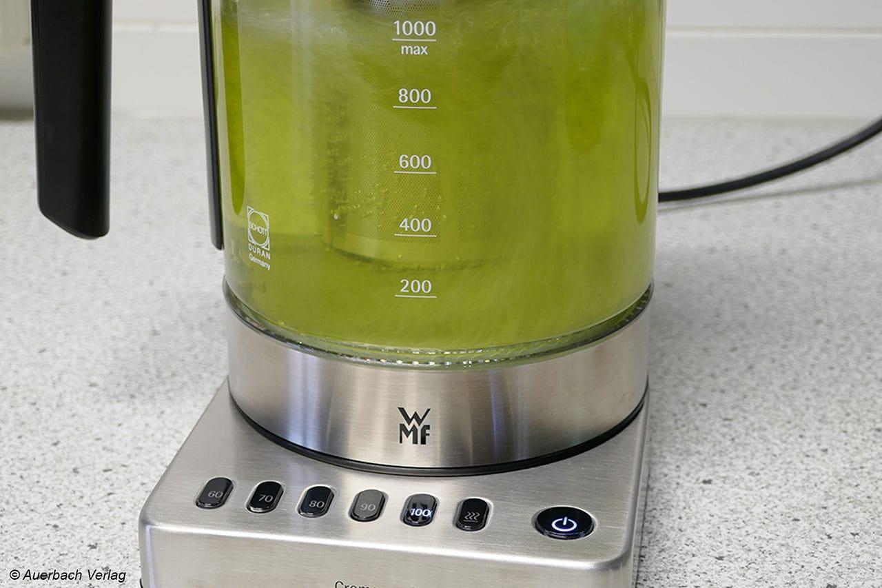 Ideal für Teegenießer: Das mitgelieferte Teesieb des WMF Glas-Wasserkocher Vario in Aktion