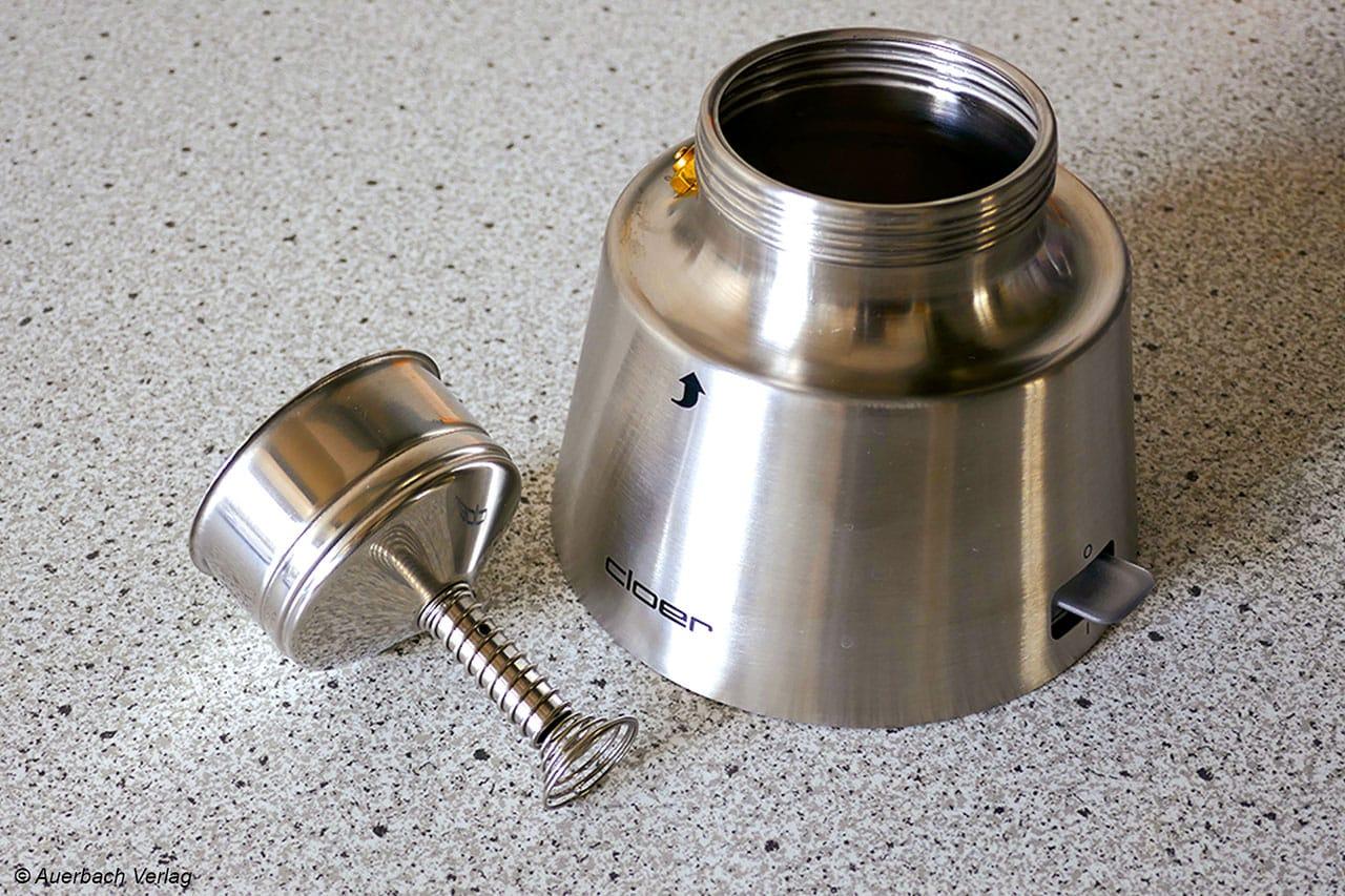 Der Siebeinsatz von Cloer verfügt über eine Feder, die für die einfache Entnahme einen Spalt schafft. Genau wie beim Modell von WMF ist das eine ungemein praktische Erleichterung bei der Handhabung