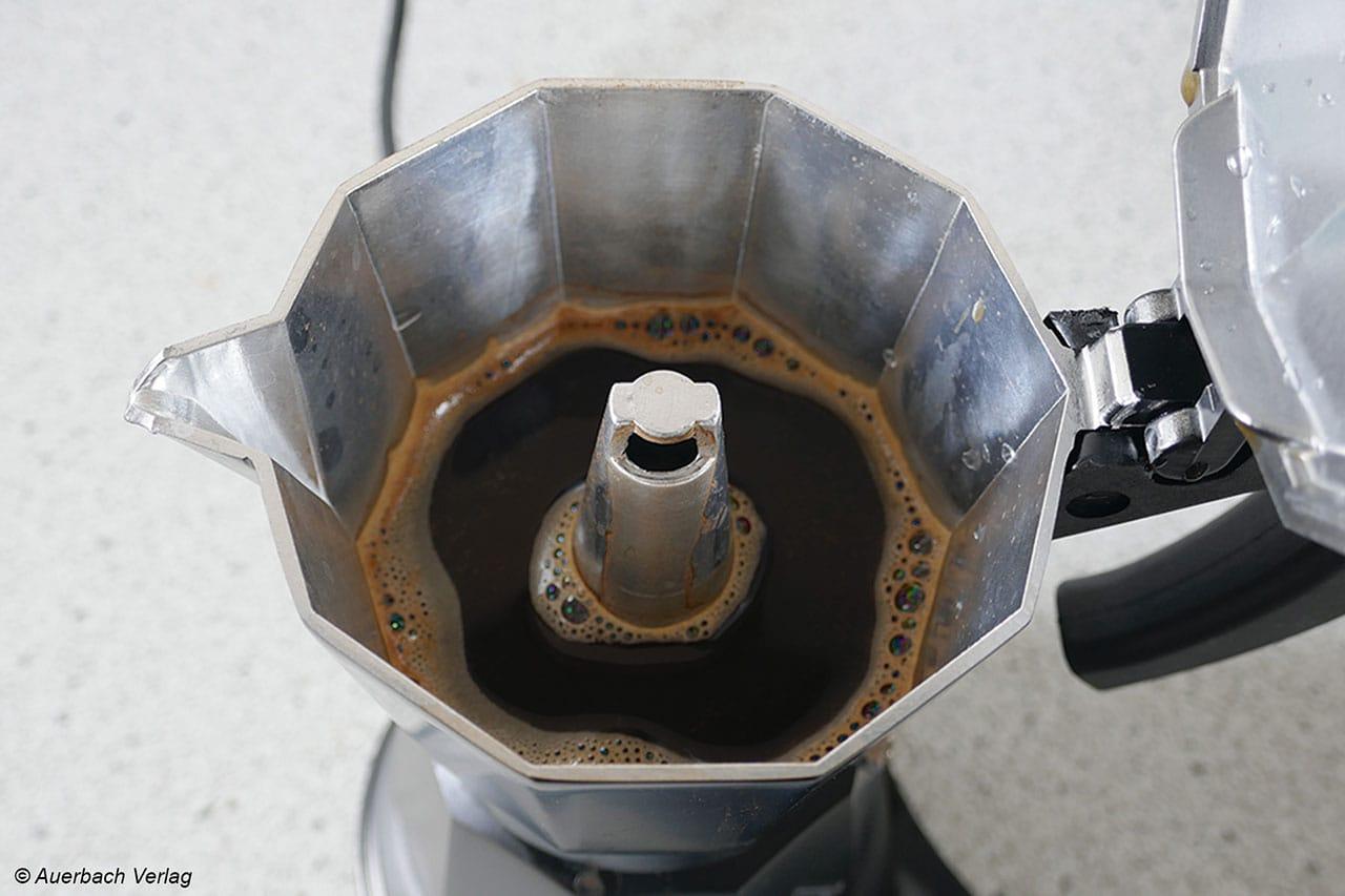 Obwohl man den Druck innerhalb des Kessels nicht unterschätzen sollte, kann sich natürlich trotzdem keine Crema bilden, maximal ein leichter Schaum-Ansatz ist festzustellen