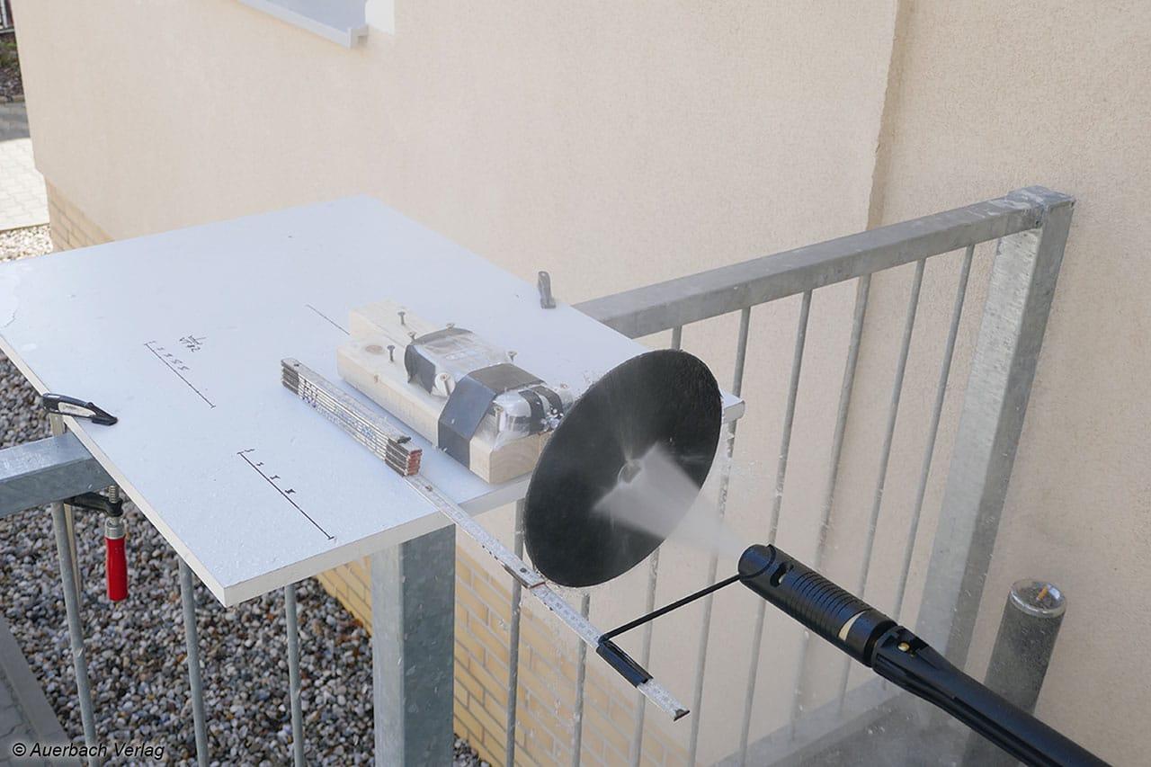 Via Newtonmeter samt Druckplatte wird ermittelt, wie stark der Wasserstrahl ist