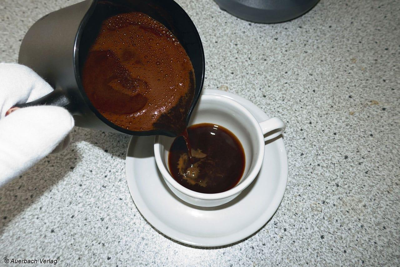 Der Mokka lässt sich schön langsam und tropffrei eingießen, etwas Übung braucht man nur, um auch den Schaum erfolgreich in die Tasse zu bekommen