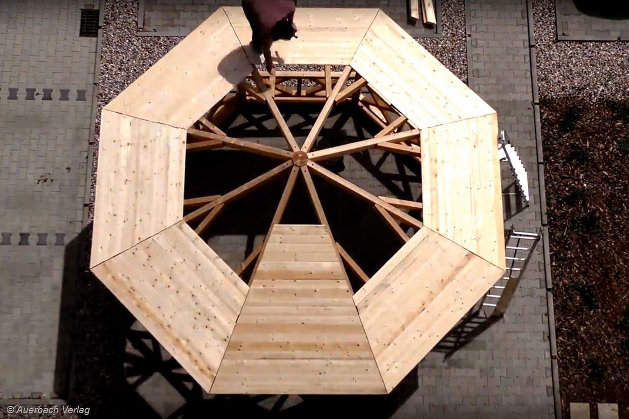 Kein Sägen notwendig: Selbst die Dachbretter sind auf den Millimeter genau vorab zugeschnitten