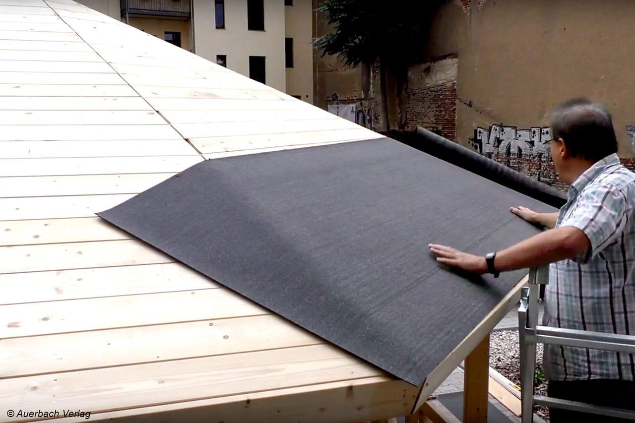 Als Zubehör sind Dachpappe und Schindeln erhältlich, sie werden einfach auf die Holzkonstruktion genagelt