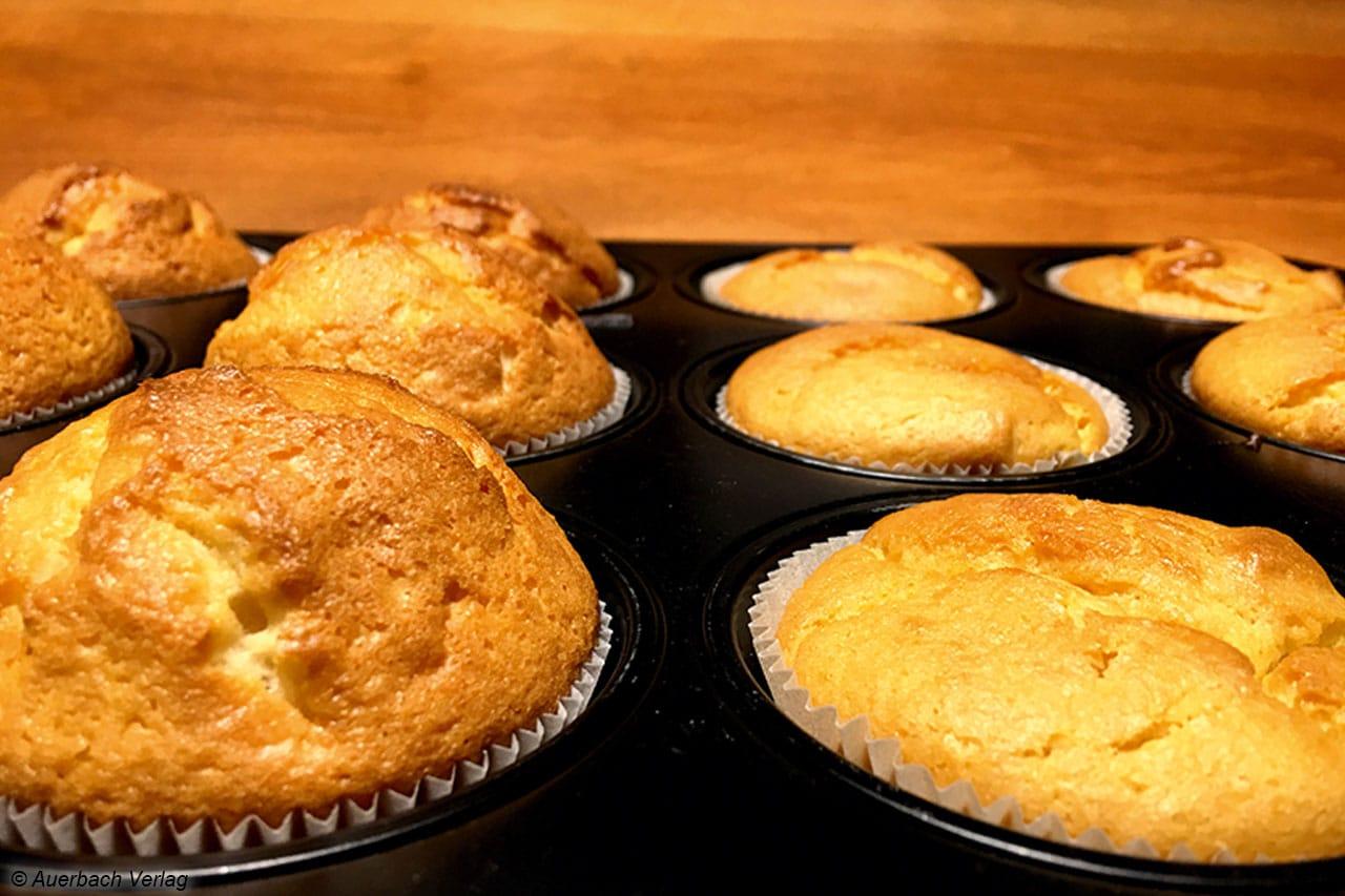 Frisch aus dem Backofen ist der Unterschied eindeutig: Links die Muffins mit Hühner-Ei, recht mit VegEgg von Arche Naturkost