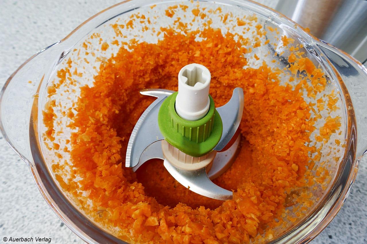 Im Becher des Multizerkleinerers von Gastroback finden sich vereinzelt Möhrenstücke, die nicht ganz fein und klein geschnitten wurden