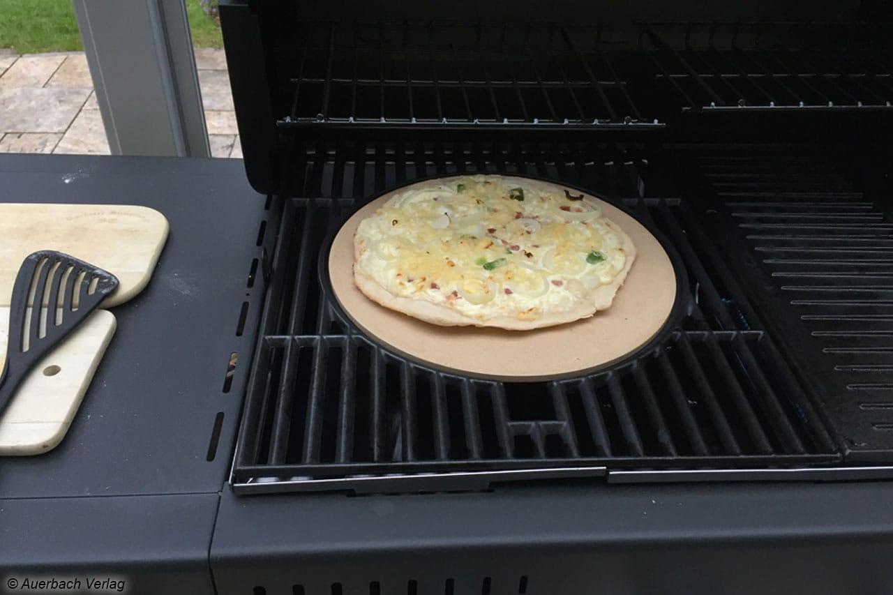 Für ein umfängliches Genussvergnügen wird die Pizza auf dem Campingaz Master 3 Series auf einem Stein gebacken