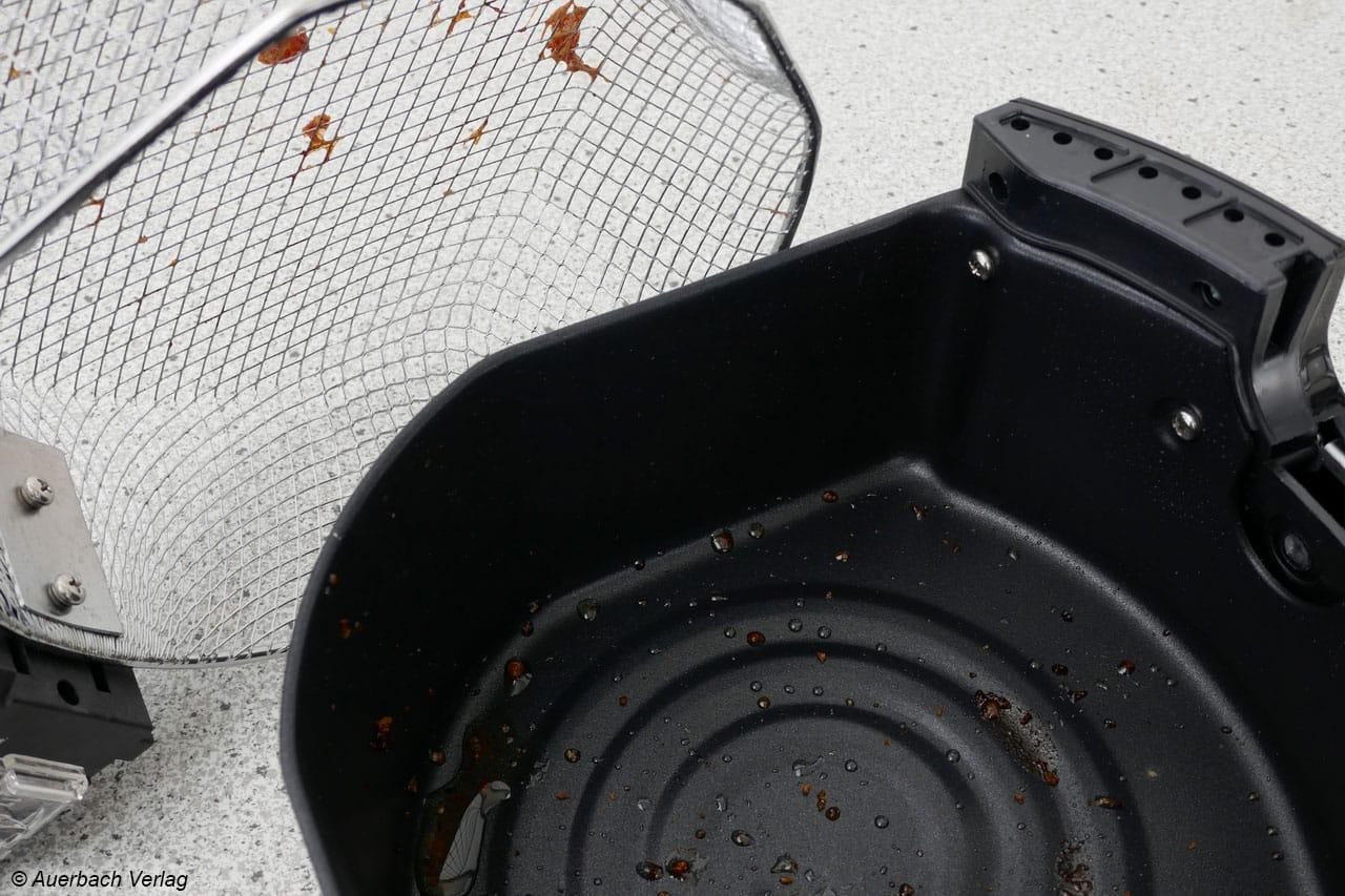 Frittierreste am Korb-Einsatz kann man abbürsten, das Fett und Öl aus der Frittier-Schublade einfach und schnell ausspülen