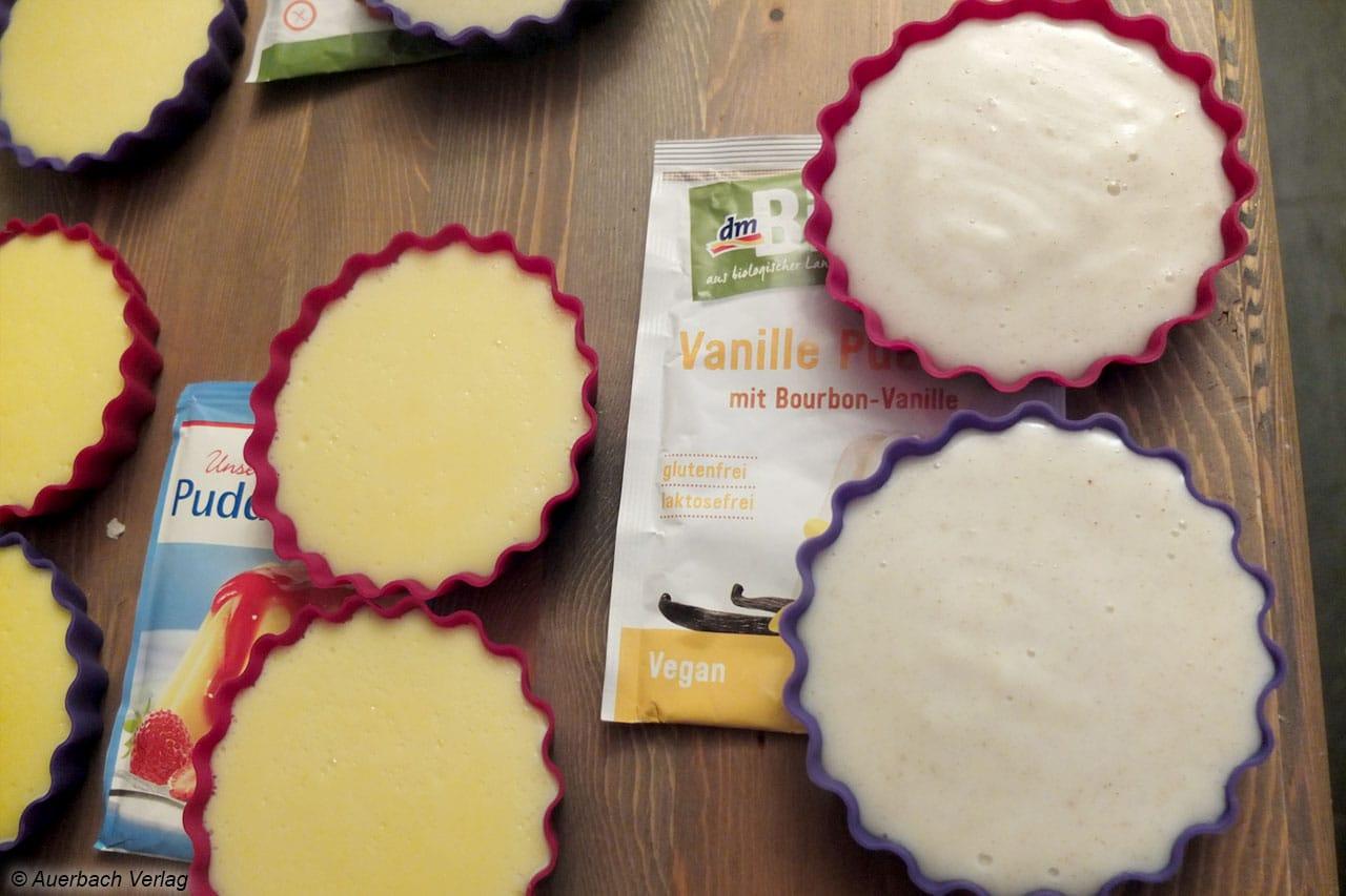 Bei den Puddingsorten mit und ohne Farbstoff sind deutliche Farbunterschiede festzustellen