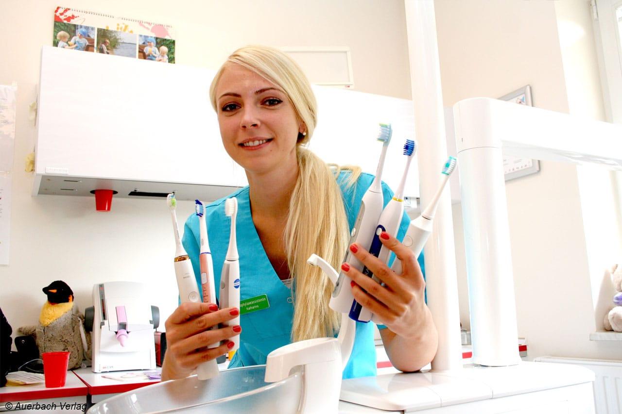 Prophylaxeassistentin Katharina präsentiert die Testmodelle