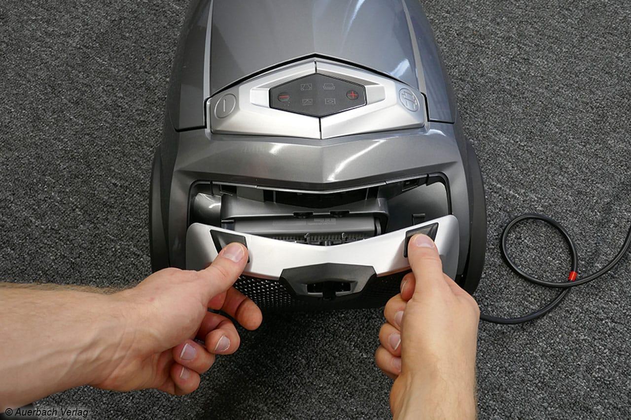 Mit zwei Händen lässt sich die hintere Verschlusskappe entfernen...
