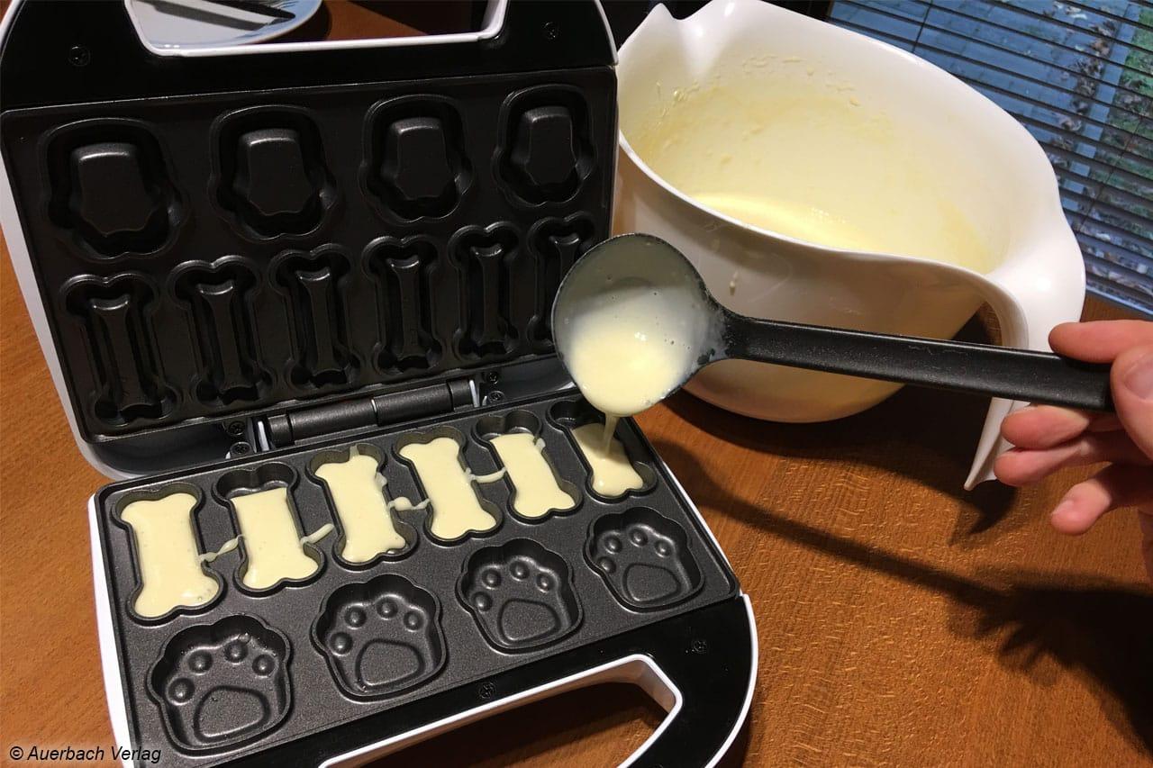 Mit etwas Übung lassen sich die einzelnen Förmchen mit Teig füllen. Geht ein Kleckser daneben, franzt der Keks etwas aus