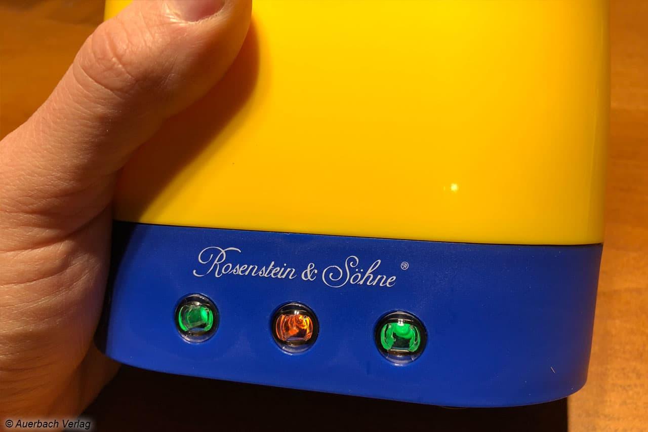Drei Kontrolleuchten zeigen die Bereitschaft an. Für jeden Garraum meldet eine grüne Leuchte die korrekte Temperatur