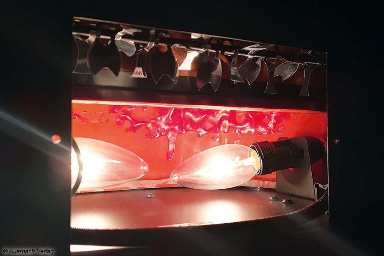 Die Rückseite des NC-5792 gibt das Geheimnis Preis: rotierende Spiegelflächen erzeugen den Flammeneffekt