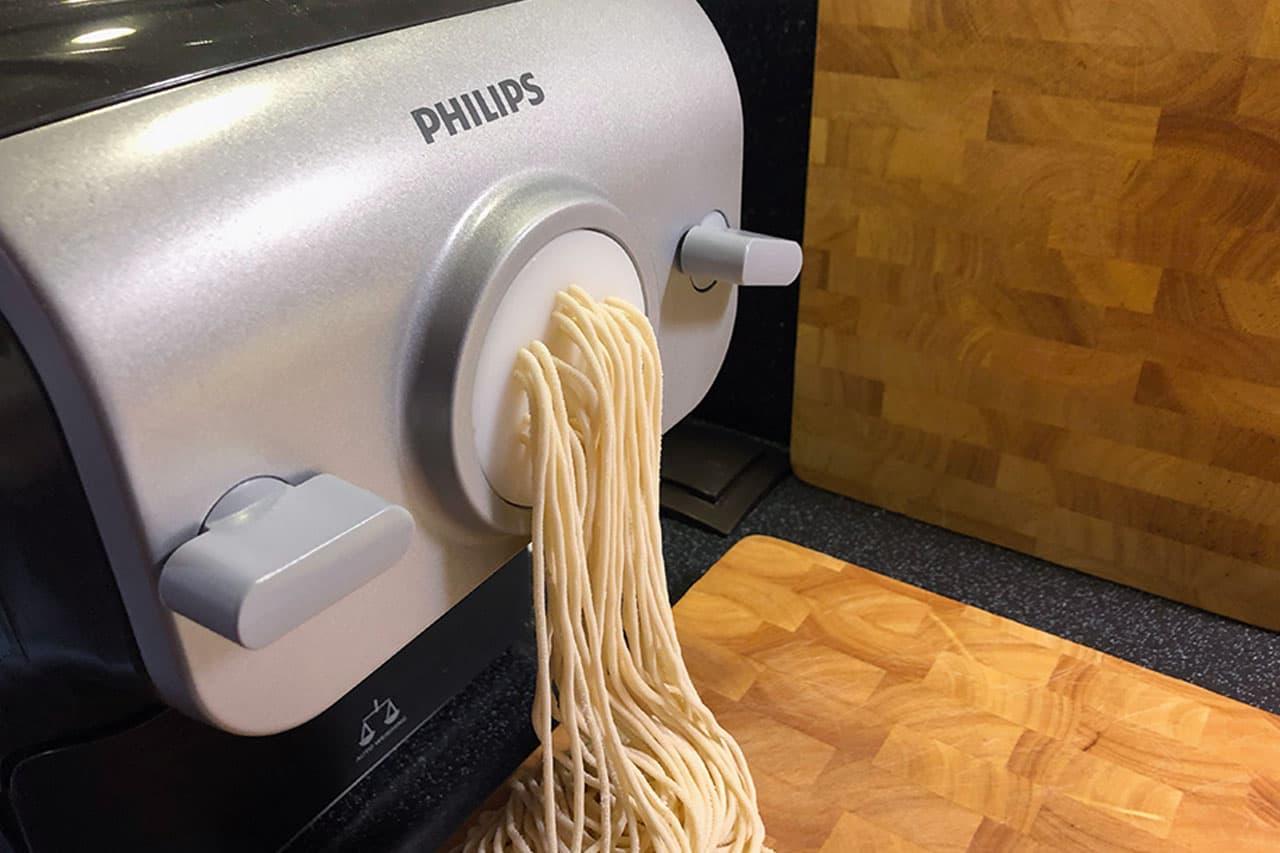 Aus dem Formaufsatz kommen die perfekten Spaghettoni. Nach Belieben werden sie direkt am Gerät abgeschnitten