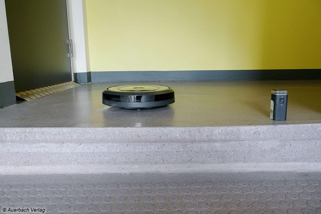 Die Absturzsicherheit aller Saugroboter wurde unter realen Bedingungen an einer Treppenstufe im Verlagsgebäude getestet