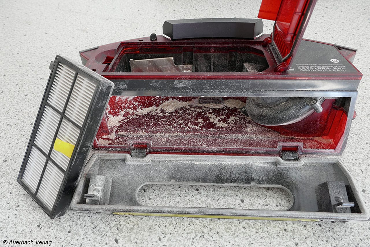 Sehr kompakt ist der Auffangbehälter des Roomba 980 gestaltet. Lediglich der Filter kann ausgebaut werden und eine Klappe zur Entleerung geöffnet werden