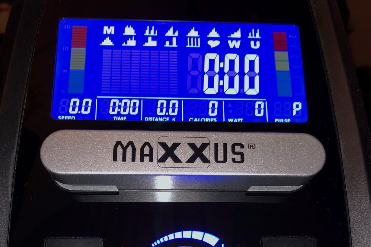 Das Cockpit des Maxxus sieht modern aus und zeigt alle möglichen Werte. Ein Tablet oder Handy kann vor dem Display platziert werden