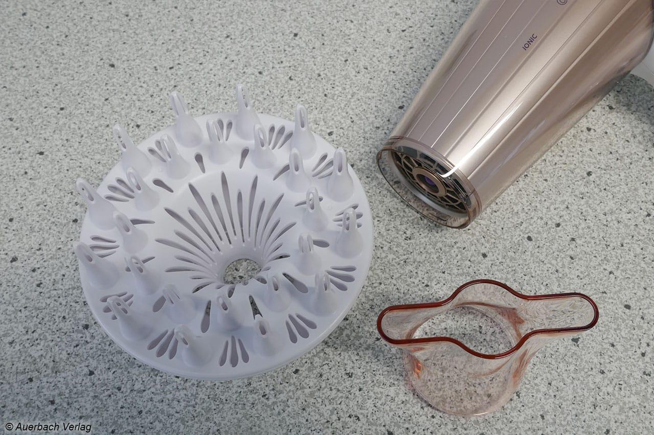 Der Haartrockner von Philips kommt sowohl mit einer Ondulierdüse als auch einem Diffusor daher