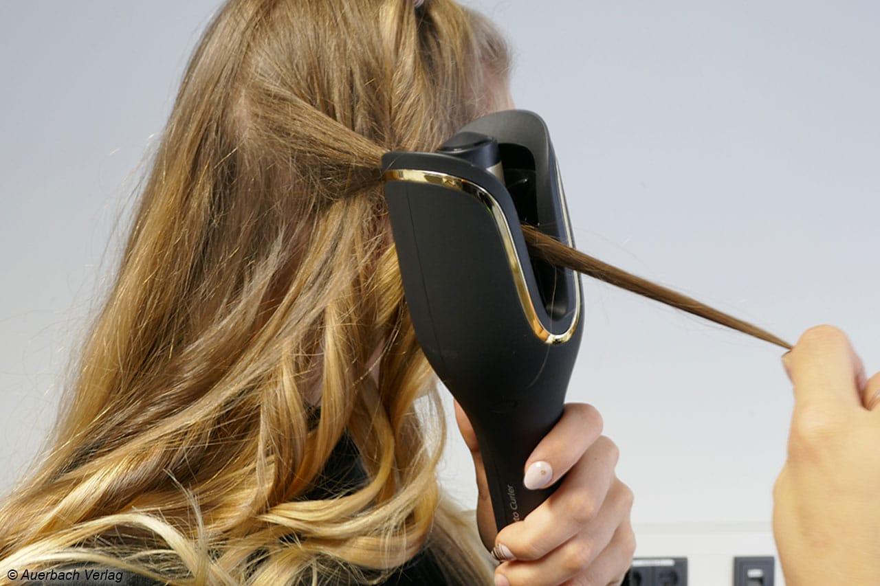 Hier zeigt sich die Ausführung des Philips BHB876. Die Haarsträhne wird in die Lockenkammer eingeführt. Die Handhabung ist nicht immer leicht