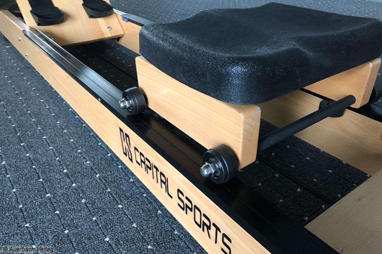 Der bequeme Sitz des Capital Sports rollt glatt und nahezu geräuschlos über die Kunststoffschienen